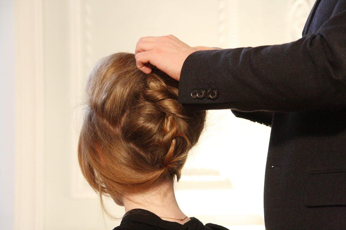Tips Untuk Hilangkan Bau Apek Pada Rambut