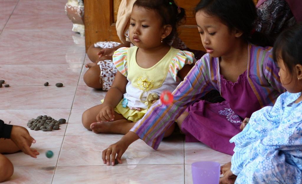 Permainan Tradisional Indonesia Bola Bekel