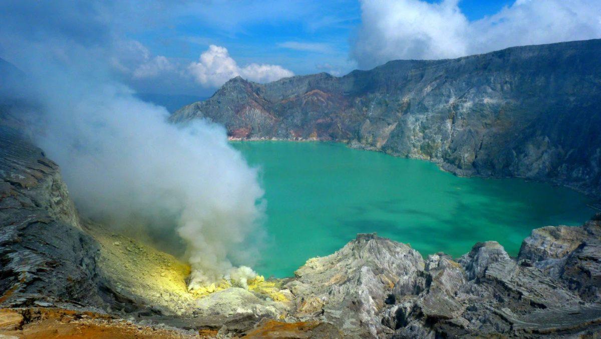 Kawah Ijen: Wisata Blue Fire dan Dinamika Kehidupan